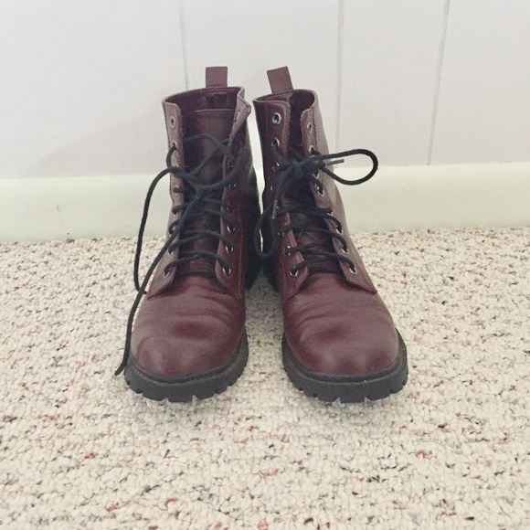 SODA WOMENS BLACK PLATFORM LACE UP BOOTIES BOOTS SHOES SIZE 7 GENTLY PREOWNED